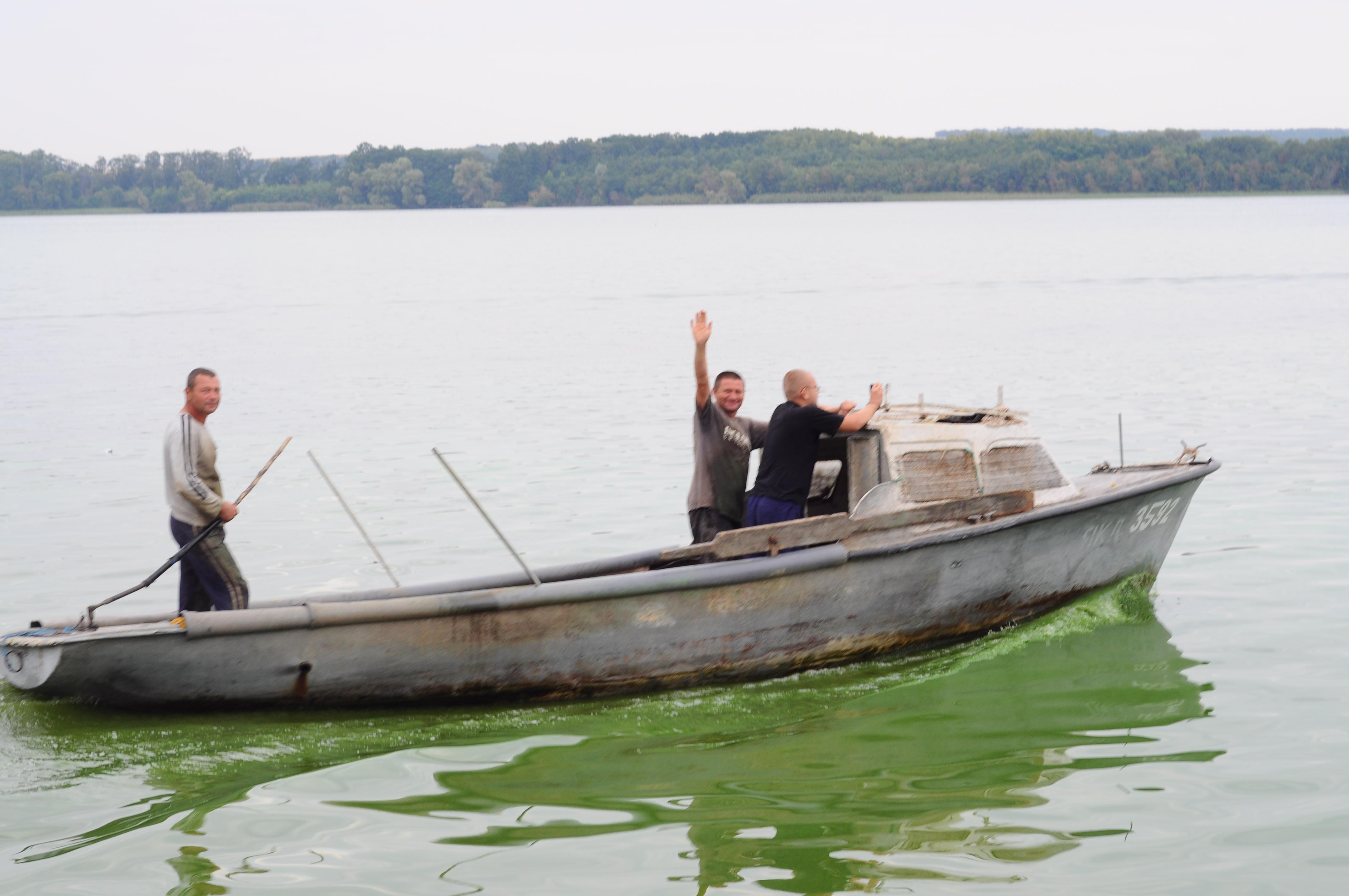 Рибалки йдуть ставити сіті